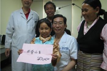 出院前,恋恋不舍的小旺姆写下我爱山东,表达她的美好祝愿