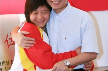 在毕院长手术帮助下,崔娜获得了有用的视力,一举夺得北京残奥会冠军,与毕院长分享冠军的快乐