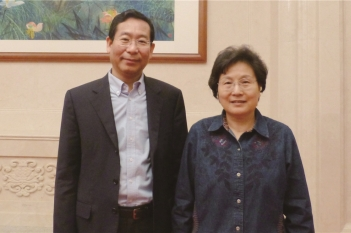 毕宏生教授向原中纪委副书记马馼汇报工作