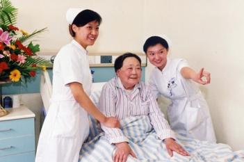 护士精心护理病人
