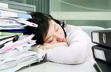 """""""办公室族""""预防患上青光眼 从get午睡标准姿势开始"""