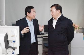 毕宏生教授向山东省委常委、济南市委书记王忠林汇报工作