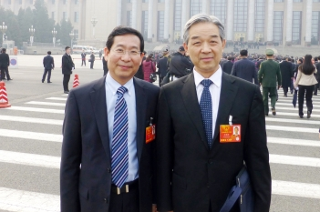中国工程院院士、中华预防医学会会长王陇德与毕宏生教授交流青少年视力低下防治工作
