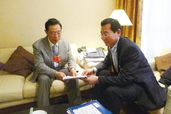 中国工程院院士、原中华医学会会长钟南山教授与毕宏生教授交流青少年视力低下防治工作